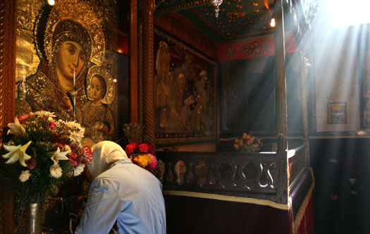 Church-of-the-Nativity-praying-before-an-icon-of-Mary-imeu.net_