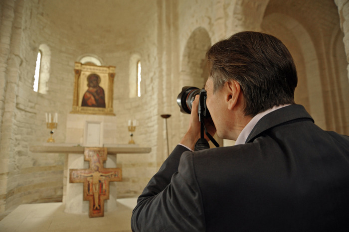 Cinema: Andrei A. Tarkovskij fotografa l'icona nella chiesa di Portonovo, che il padre ha visto nel 1980.