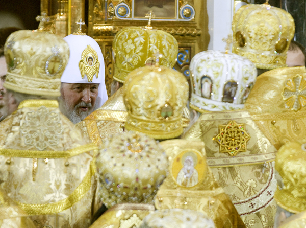 Orthodox Patriarch Kirill (L) receives congratulations from clergy after he was crowned as the 16th Patriarch of Moscow and all Russia in Moscow's Christ the Saviour Cathedral, February 1, 2009. REUTERS/Sergei Karpukhin