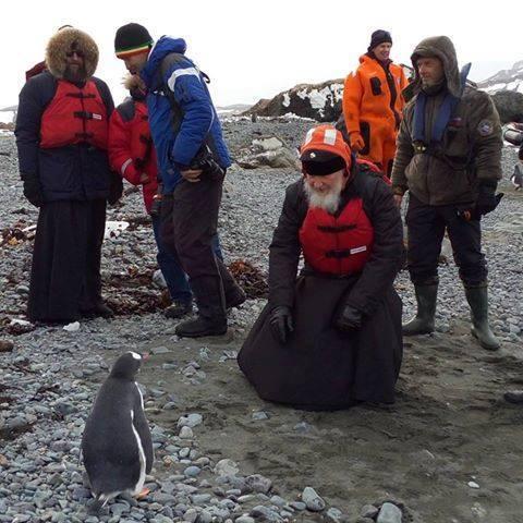 Il patriarca Kirill osserva incuriosito un pinguino