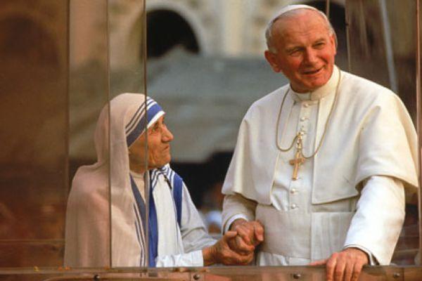 Madre Teresa di Calcutta con Giovanni Paolo II: la Chiesa annovera ora entrambi nel libro dei Santi