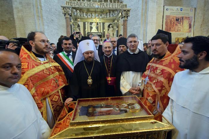 Un momento della cerimonia per l'accoglienza a Mosca delle reliquie di San Nicola (Foto Ansa)