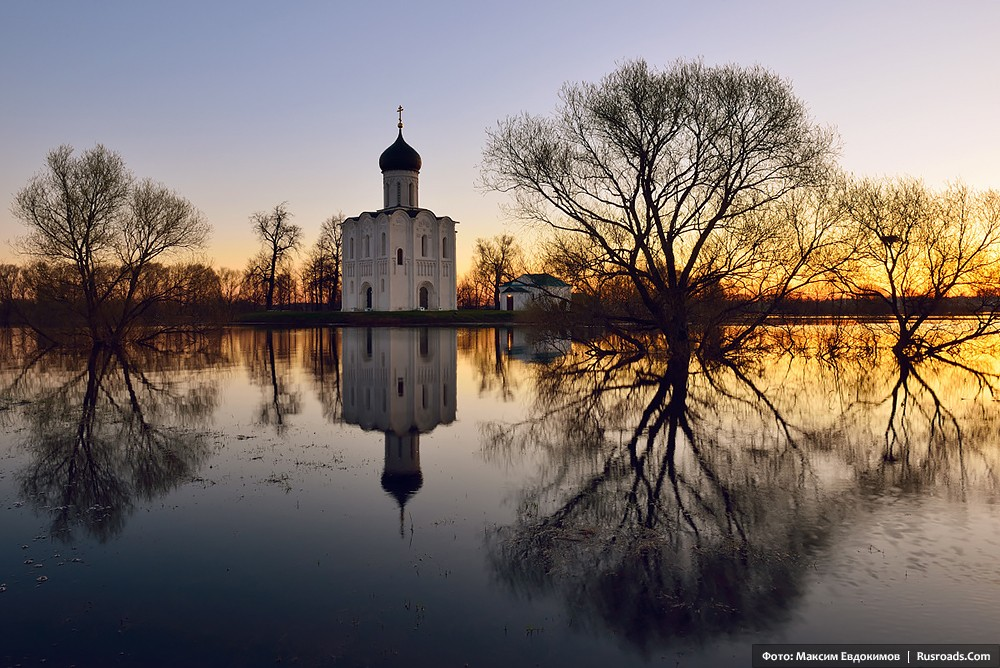 Church of the Protection on the Nerl River Photo: Maxim Evdokimov. Entire project: «Church of the Protection on the Nerl River» / Russian Roads.