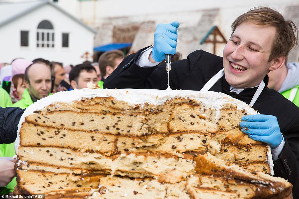 A Nizhny Novgorod, in Russia, un sacerdote taglia un dolce pasquale preparato per la comunità. Un prodotto da record: pesato, raggiungeva i 350 chilogrammi