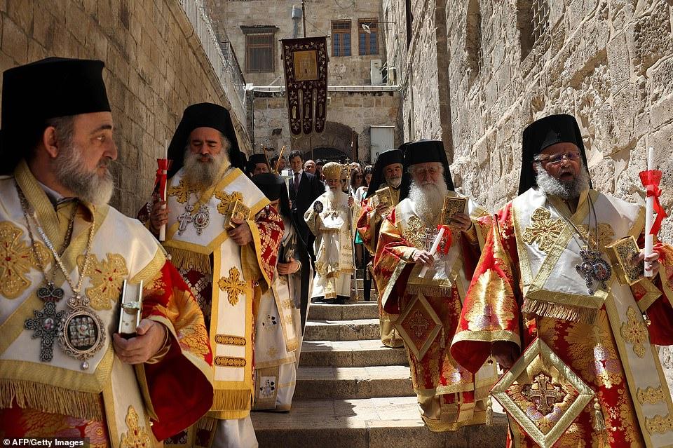 Nella Gerusalemme antica, in Terra Santa, migliaia di persone hanno assistito alla processione dalla chiesa del Santo Sepolcro al luogo della Crocifissione e ritorno
