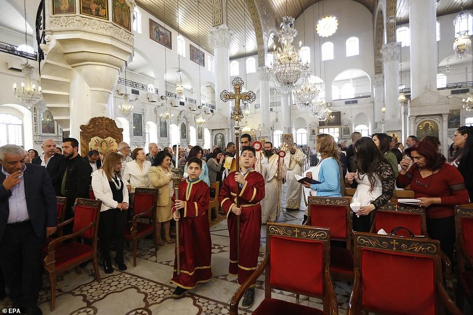 A Damasco, in Siria, nonostante le ferite ancora aperte del sanguinoso conflitto, i cristiani - fra le prime comunità al mondo - non hanno rinunciato a riunirsi nel giorno della Resurrezione di Cristo