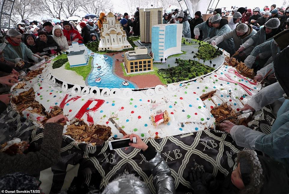 Un altro dolce extra large è stato preparato a Ekaterinburg, in Russia, con la rappresentazione dei principali monumenti della città. Il dolce ha partecipato al Guinness dei Primati