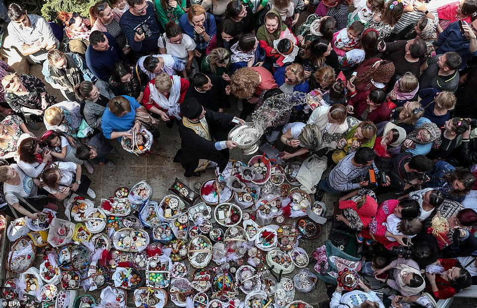 Cesti di Pasqua portati dai fedeli presso una chiesa di Istanbul, in Turchia. Un sacerdote li benedice insieme a quanti si sono radunati in preghiera