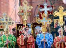 A Volgograd, in Russia, la solenne processione guidata dal clero con le icone portate anche dai fedeli